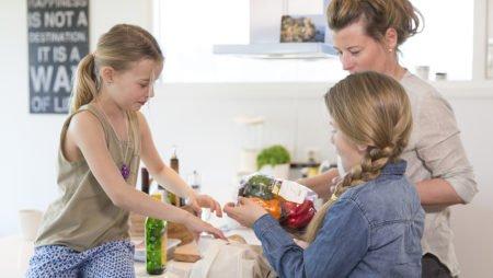 mor med barn på kjøkkenet
