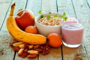 Frukt og smoothie på et bord
