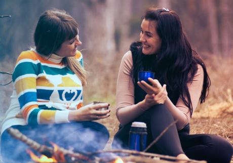 to jenter som snakker sammen i skogen
