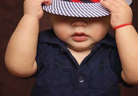 liten gutt med hatt som tar på hatten