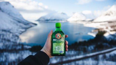 Möller's tran på vinteren i lofoten med vann i bakgrunnen