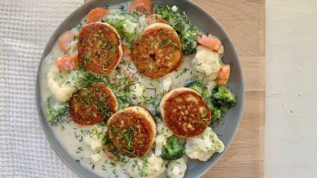 Stekte fiskekaker med stuede grønnsaker